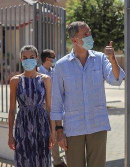 Los Reyes de España , con mascarillas, a la llegada al Centro Social Don Bosco en el Polígono Sur después de la finalización del estado de alarma para conocer de primera mano la situación de la comunidad tras la pandemia