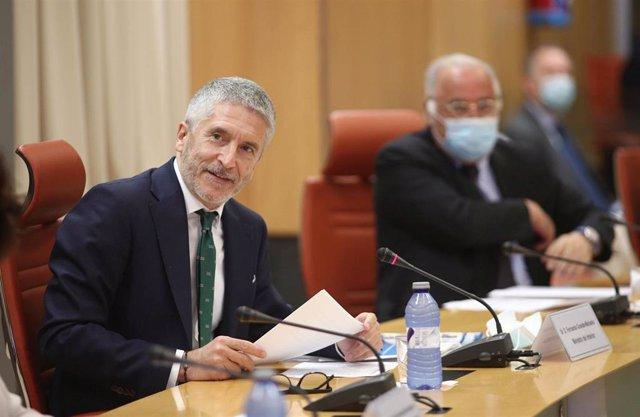 El ministro del Interior, Fernando Grande-Marlaska (i), en la presentación del dispositivo especial de tráfico durante el verano