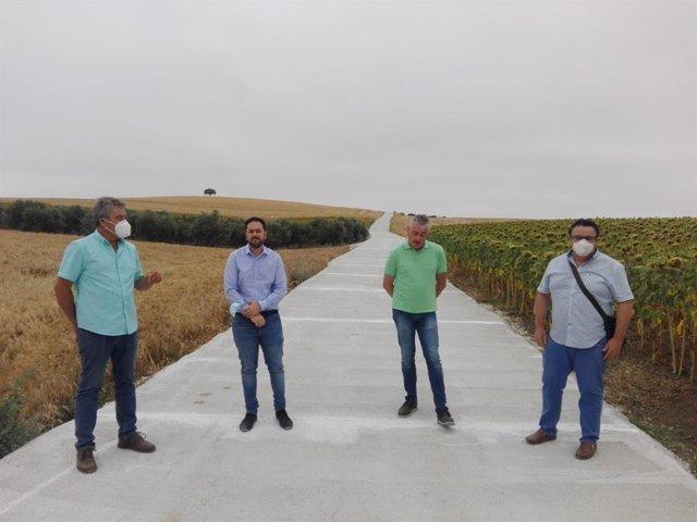 El delegado de Infraestructuras Rurales en la Diputación de Córdoba, Manuel Olmo (segundo por la dcha.) visita el camino 'De las Zorreras'