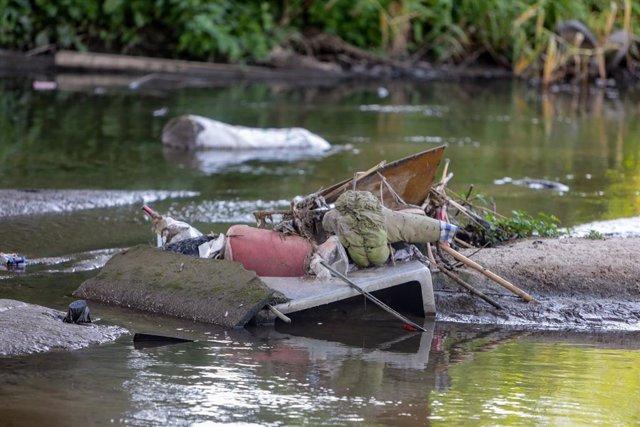 Basura y contaminación en el río Guadarrama en la localidad de Arroyomolinos, donde se han registrado residuos y desechos al igual que a su paso por los municipios de Móstoles y Navalcarnero, en Arroyomolinos, Madrid (España) a 14 de junio de 2020.