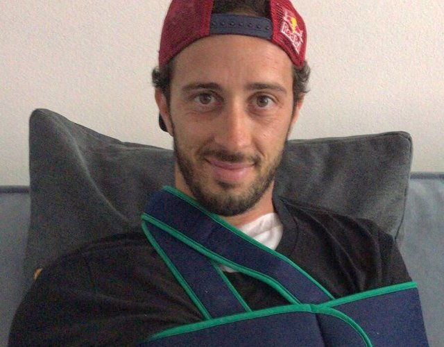 Andrea Dovizioso tras pasar por el quirófano