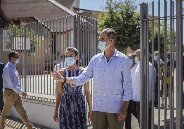 Los Reyes de España, con mascarillas, a la llegada al Centro Social Don Bosco en el Polígono Sur después de la finalización del estado de alarma para conocer de primera mano la situación de la comunidad tras la pandemia
