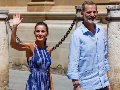 Don Felipe y doña Letizia desafían a las altas temperaturas con un paseo por el centro de Sevilla