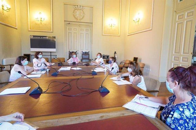Reunión entre la concejal de Educación, Infancia, Juventud e Igualdad y representantes de las empresas que gestionan las escuelas infantiles.