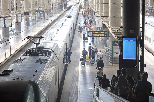 Varios pasajeros acceden al andén por una cinta mecánica en la estación Madrid-Puerta de Atocha