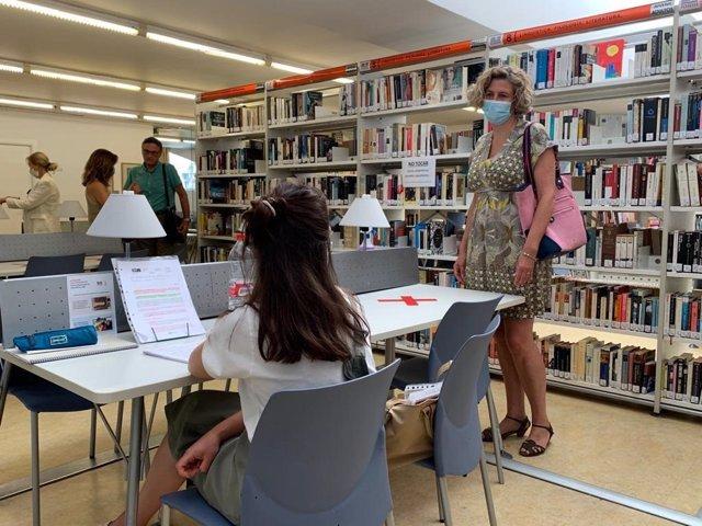 La concejala de Agenda Urbana y Gobierno Abierto del Ayuntamiento de Murcia, Mercedes Bernabé, visita la sucursal de San Basilio para comprobar el protocolo de apertura
