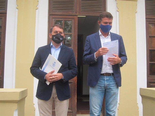 El presidente del Grupo Municipal Socialista, José Manuel Bermúdez y el portavoz del PP, Guillermo Díaz Guerra, tras presentar la moción de censura en el Ayuntamiento de Santa Cruz de Tenerife