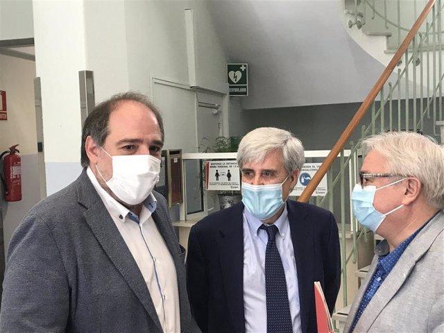 El patólogo Juan José Badiola, con el concejal de Interior del Ayuntamiento de Zaragoza, Alfonso Mendoza