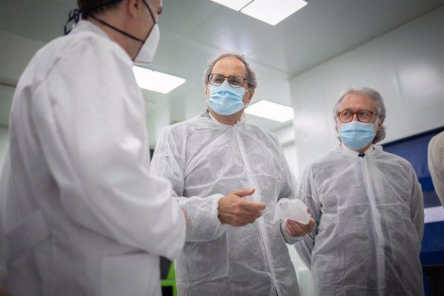 El president de la Generalitat, Quim Torra (2d); i el president d'Eurecat, Xavier Torra (1d), atenen l'explicació d'un tècnic durant la visita a Eurecat, Centre Tecnològic de Catalunya, al Parc Tecnològic del Vallés, Cerdanyola del Vallés
