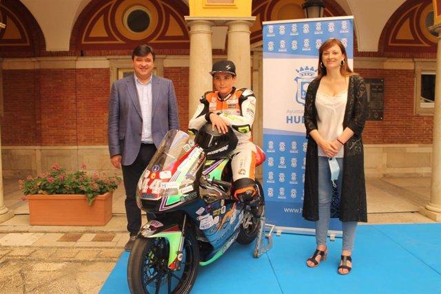 El joven Hugo Millán, junto al alcalde de Huelva, Gabriel Cruz, y  la concejala de Participación Ciudadana y Deportes, María Teresa Flores, en su recepción en Ayuntamiento de Huelva.