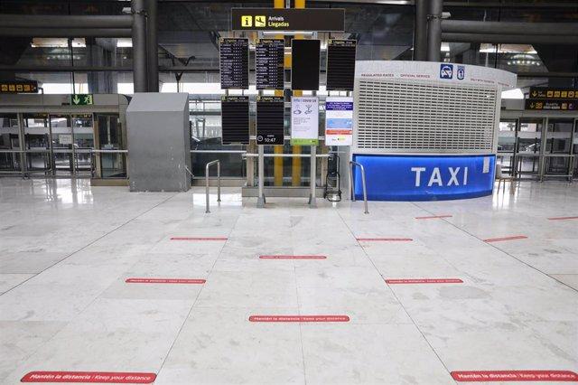 Bandas en el suelo para marcar la distancia entre los pasajeros en el Aeropuerto Madrid-Barajas Adolfo Suárez