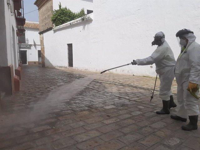 Empleados de Limancar desinfectando las calles de Carmona