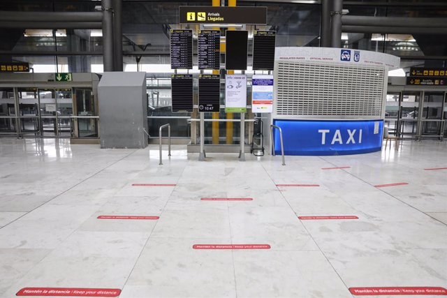 Bandes a terra per marcar la distància entre els passatgers a l'Aeroport Madrid-Barajas Adolfo Suárez