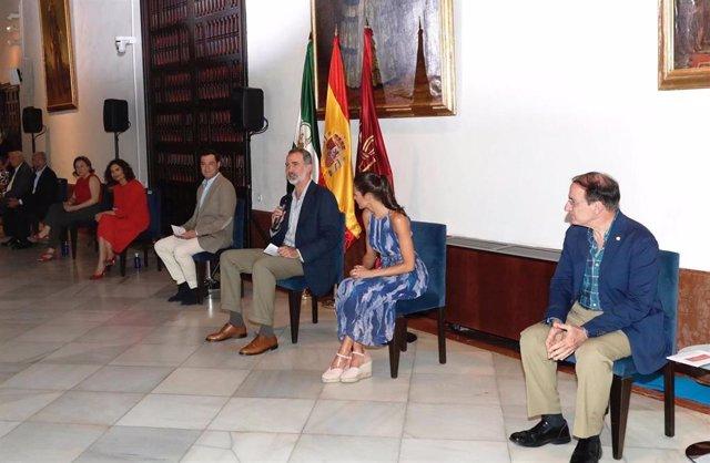 Sus Majestades los Reyes de España, Felipe VI y doña Letizia, en un coloquio con empresarios.