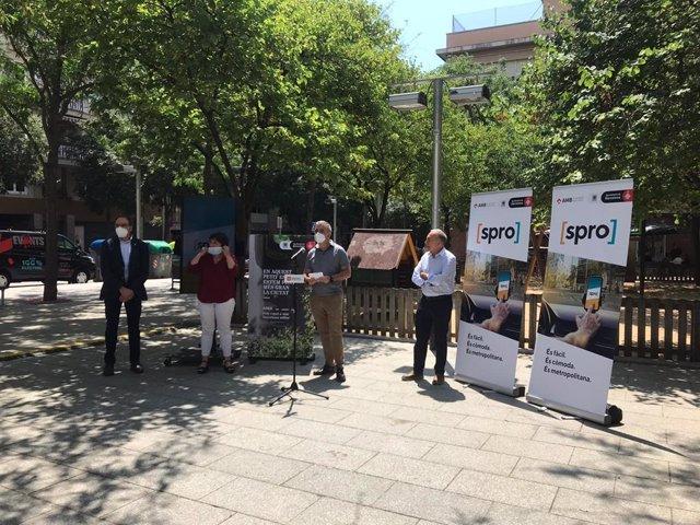 La regidor de Mobilitat de Barcelona, Rosa Alarcón; el primer tinent d'alcalde de Barcelona, Jaume Collboni i el vicepresident de Mobilitat de l'AMB, Antoni Poveda, presenten l'aplicació SPRO