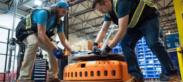 Trabajadores en un almacén de Amazon.