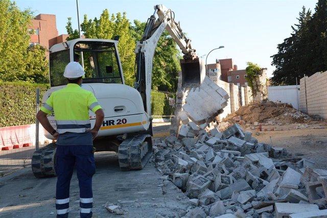 """El derribo del muro de la Hacienda Santa Eufemia de Tomares """"hace realidad"""" el desdoble de la calle El Molino"""