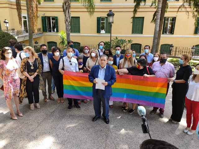 El subdelegado del Gobierno en Málaga, Teófilo Ruiz, lee la declaración institucional con motivo del Día Nacional del Orgullo LGTBI
