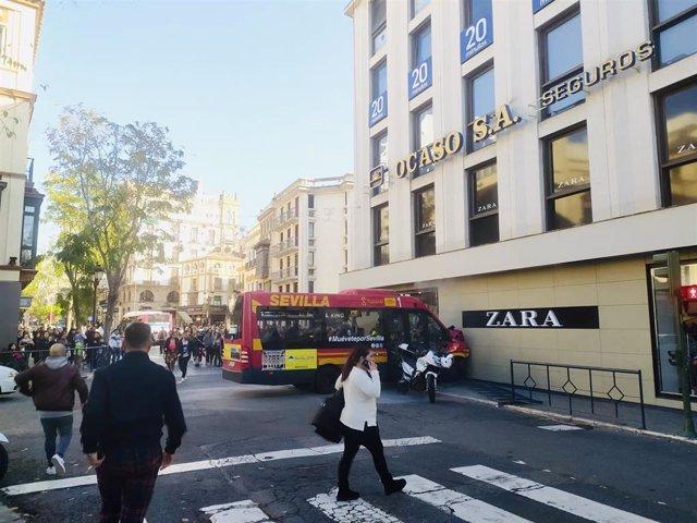 Estado del autobús de Tussam tras colisionar contra un escaparate en la Plaza del Duque de Sevilla