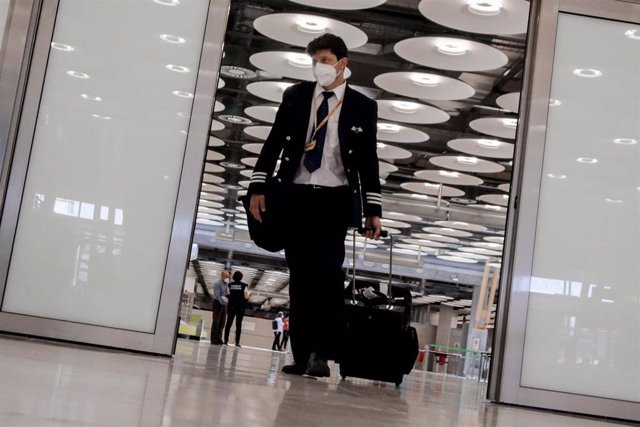 Un miembro de la tripulación de un avión camina por el Aeropuerto de Madrid-Barajas