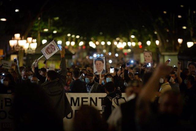 Ttreballadors de Nissan durant la marxa nocturna a Barcelona, 8 de juny del 2020.