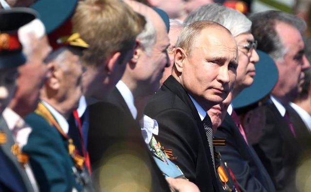 Vladimir Putin preside un desfile militar en Moscú