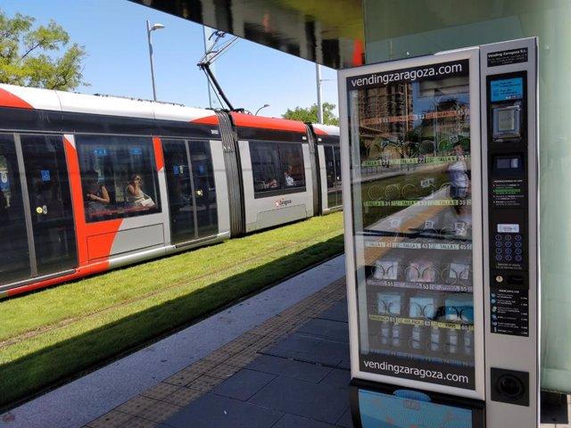 Máquina expendedora de mascarillas e hidrogel en una parada del tranvía