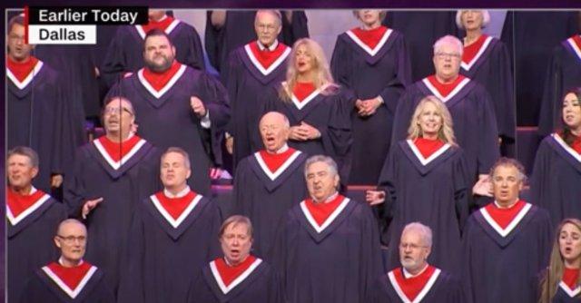 Coro en el mitin de Mike Pence