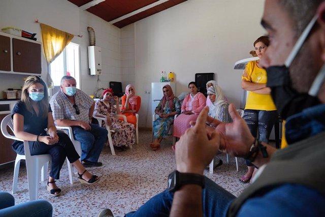 La diputada provincial de Ciudadanos (Cs) Huelva, María Ponce, en su visita a un grupo de temporeras marroquíes en una empresa productora de frutos rojos de la provincia.