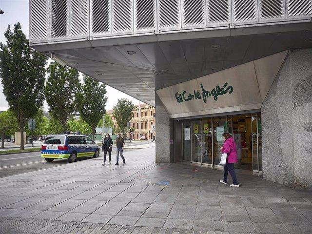 Un coche de la Policía Municipal pasa junto a la entrada de un Corte Inglés durante el tercer día de la entrada de Navarra en la fase 3 de la desescalada instaurada por el Gobierno a consecuencia del coronavirus.
