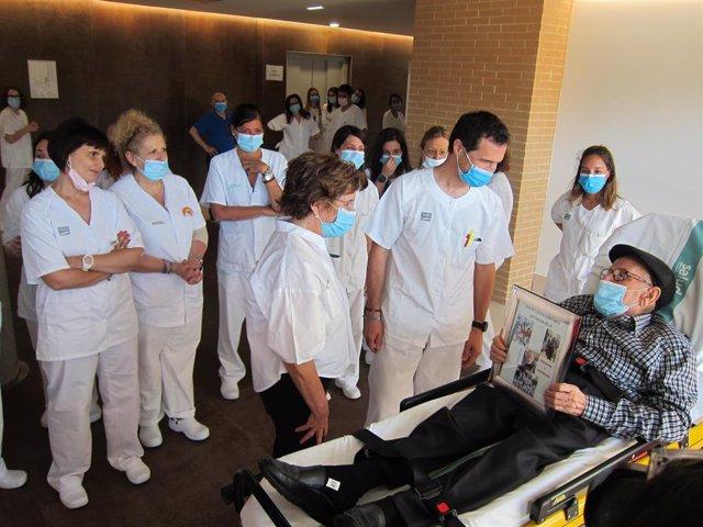 La consejera de Ciudadanía y Servicios Sociales, María Victoria Broto, despide al último paciente de Aragón ingresado en un centro COVID.