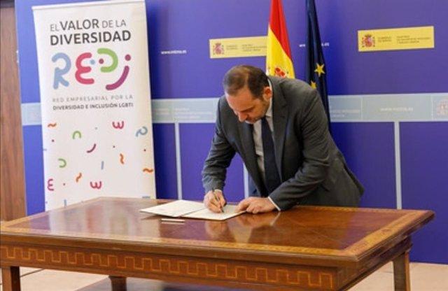 El ministro de Transportes, José Luis Ábalo, firma un protocolo con la Red Empresarial por la Diversidad e Inclusión LGBTI