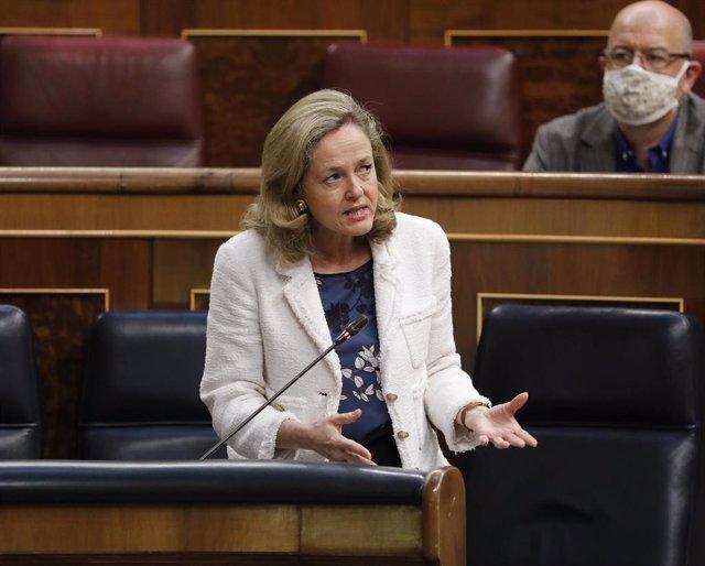 La ministra de Economía, Nadia Calviño, durante la primera sesión de control al Gobierno en el Congreso de los Diputados tras el estado de alarma, en Madrid (España), a 24 de junio de 2020. El Congreso da esta semana un paso más hacia la vuelta a la norma