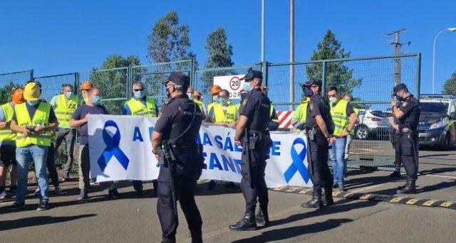 Protesta de trabajadores de Alcoa a la entrada de la CRTVG durante el debate electoral