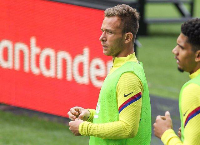 """Fútbol.- Arthur: """"Voy a seguir hasta el final dándolo todo en el Barça"""""""