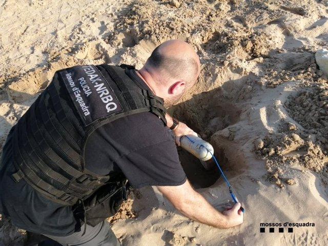 Los Mossos d'Esquadra han desalojado este lunes por la tarde la playa de l'Arrabassada en Tarragona tras detectar un artefacto explosivo en la zona, que los TEDAX ya han detonado.