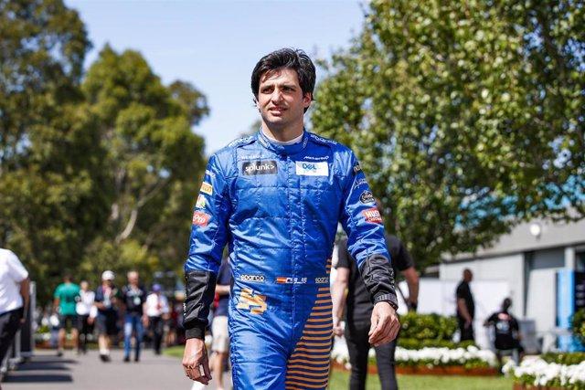 Carlos Sainz pasea por el paddock de Melbourne antes de la suspensión del Gran Premio de Australia 2020