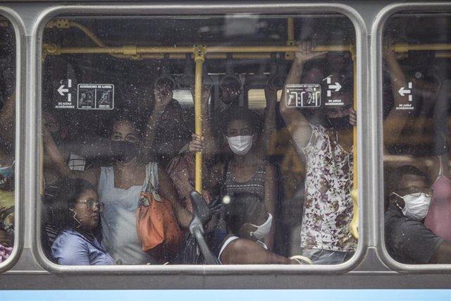 Pasajeros se amontonan en el transporte público de Río de Janeiro en medio de la reapertura económica.