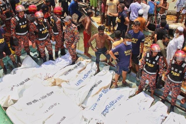 Bangladesh.- Rescatan a una de las víctimas del ferri volcado en Bangladesh tras
