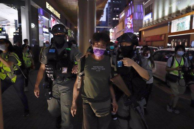 La Policía detiene a un manifestante durante la protestas para conmemorar el primer aniversario del inicio del movimiento antigubernamental a gran escala desencadenado por el proyecto de ley de extradición propuesto por el Gobierno de Pekín.