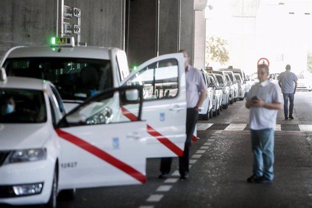 Taxistas esperan para recoger pasajeros en el Aeropuerto Adolfo Suárez Madrid-Barajas.
