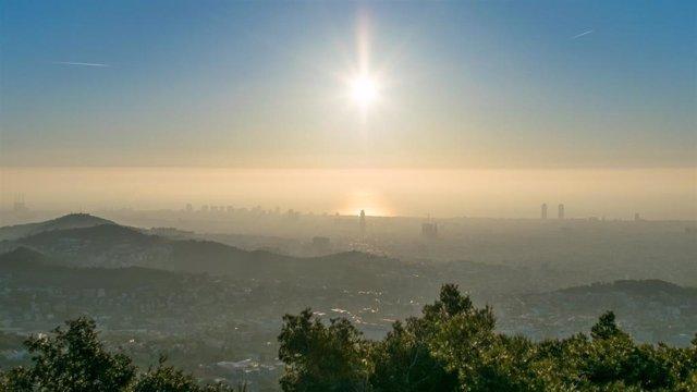 Bruma de contaminación sobre Barcelona