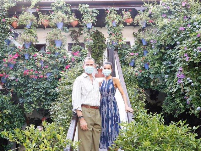Los Reyes don Felipe y doña Letizia posan en un típico patio cordobés