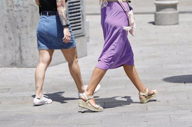 Dos mujeres caminando este lunes por la Puerta del Sol en Madrid