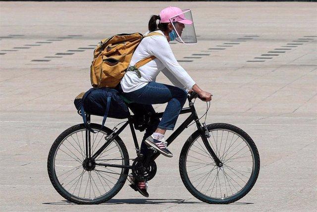 Una mujer en bicicleta en Ciudad de México