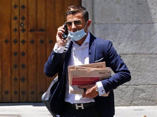 Alfonso Merlos durante una jornada de gestiones por la capital española luciendo su inconfundible estilo