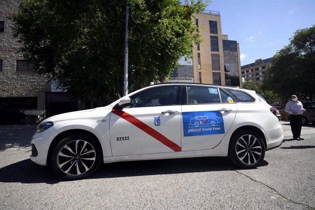 Un taxi estacionado en una calle de la capital con un cartel de Covid-Free.