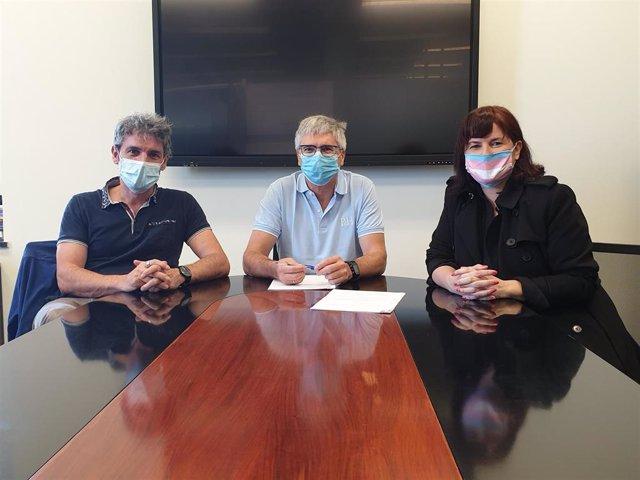 El director general de Educación, Gil Sevillano con Iñigo e Izaskun Arandia de Tinko Euskara Elkartea en la firma del acuerdo