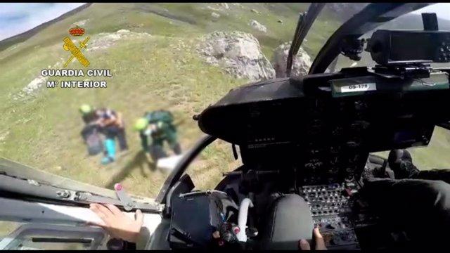 Rescate de la Guardia Civil a un montañero herido y su perro en el Pico Coriscao.