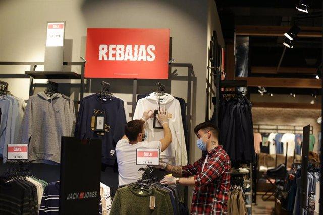 Clientes en el interior de una tienda de ropa del Centro Comercial El Boulevard (Vitoari)  ya en Rebajas